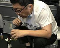 飞机上用嘴帮老人吸尿