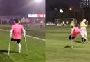 独腿男子拄拐踢足球